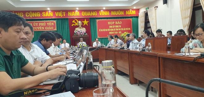Đại hội Đảng bộ tỉnh Phú Yên tặng... cặp giấy cho đại biểu - Ảnh 1.