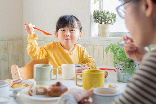 Thường xuyên làm 6 việc này, các bậc cha mẹ đang trực tiếp gây hại cho con mà không hay: Bạn có phạm phải việc nào không? - Ảnh 2.