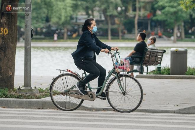 Chùm ảnh: Tiết trời se lạnh, người Hà Nội khoác thêm áo ấm, hưởng trọn không khí mát lành của mùa Thu - Ảnh 15.