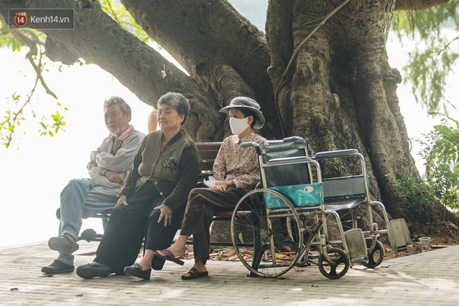 Chùm ảnh: Tiết trời se lạnh, người Hà Nội khoác thêm áo ấm, hưởng trọn không khí mát lành của mùa Thu - Ảnh 9.