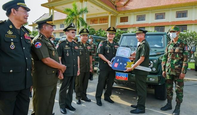 Giữa lùm xùm ở Ream, Trung Quốc tặng trực tiếp quà nóng cho lực lượng do con trai ông Hun Sen chỉ huy - Ảnh 2.