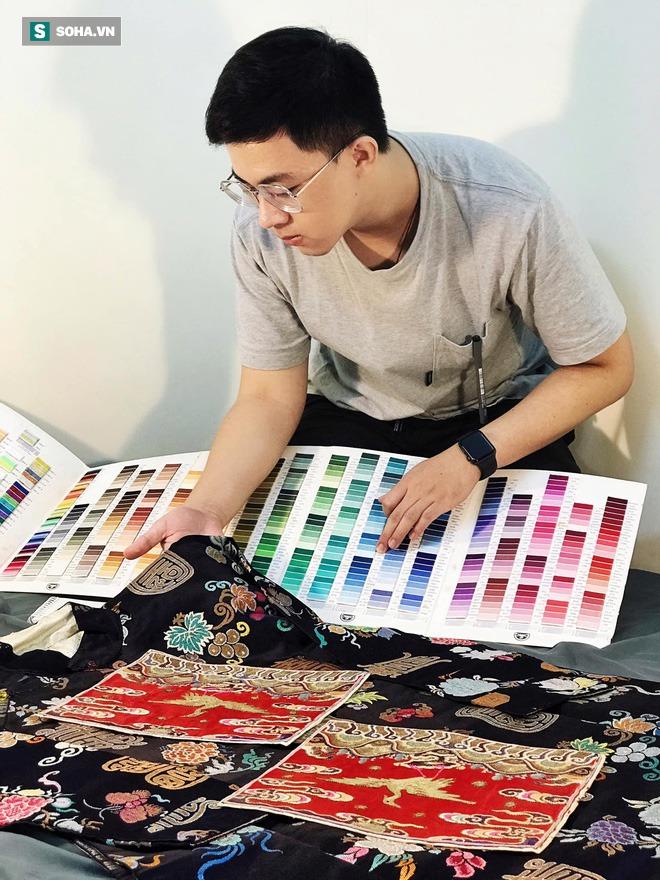 Mua giày Converse nổi tiếng của nước ngoài, vẽ thêm hoa văn Việt Nam, chàng trai bán giá 15 triệu đồng/đôi - Ảnh 1.