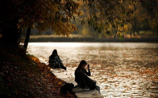 24h qua ảnh: Cặp tình nhân tận hưởng mùa thu bên bờ sông ở Nga - Ảnh 6.