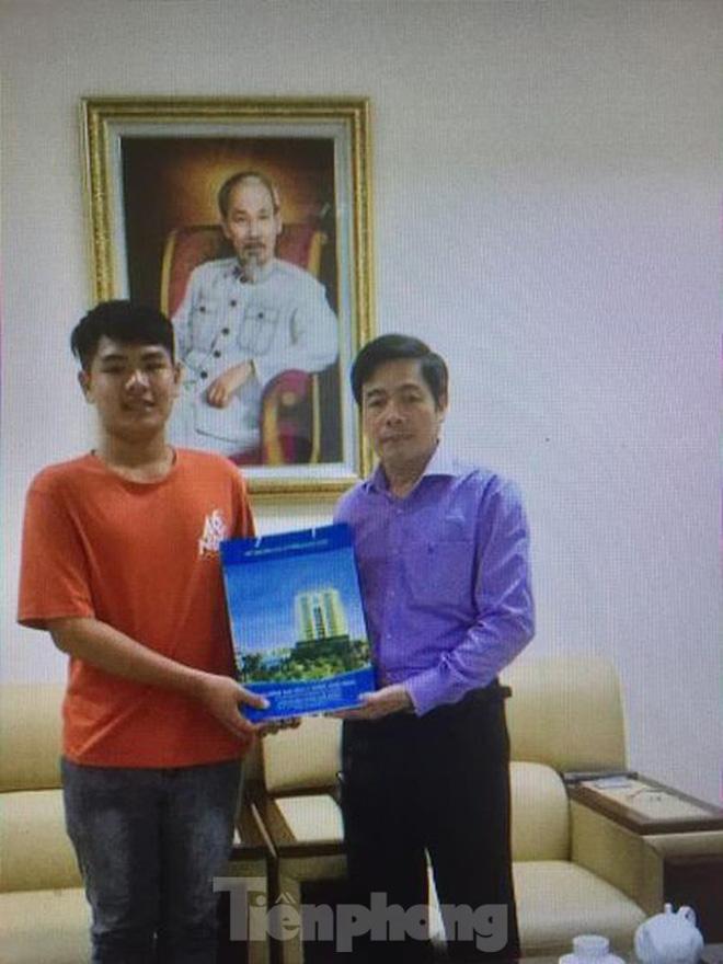 Hiệu trưởng ĐH Y Dược Thái Bình đích thân đón nam sinh 10 năm cõng bạn nhập học - Ảnh 1.