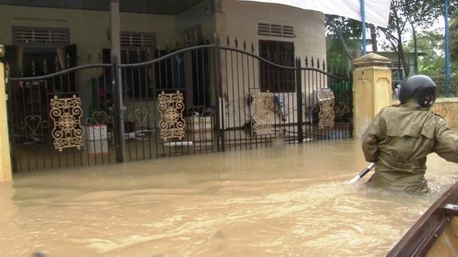 Di dời khẩn cấp hơn 130 người ra khỏi vùng ngập sâu nguy hiểm ở Huế - Ảnh 1.