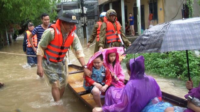 Di dời khẩn cấp hơn 130 người ra khỏi vùng ngập sâu nguy hiểm ở Huế - Ảnh 2.