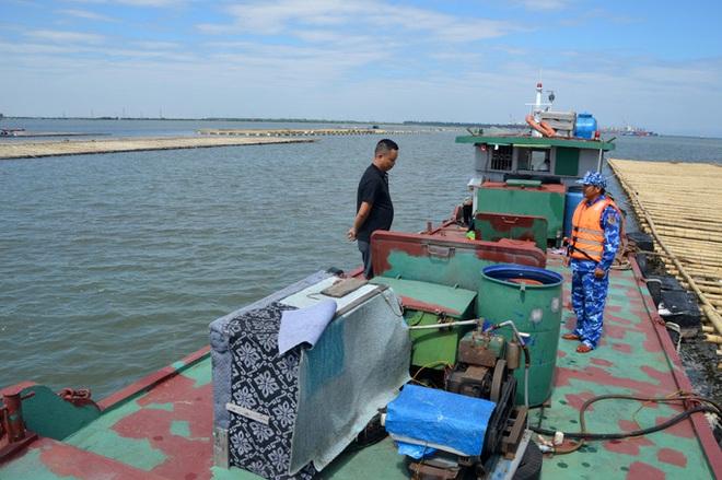 CLIP: Cảnh sát biển tạm giữ trên 20.000 lít dầu không rõ nguồn gốc - Ảnh 1.