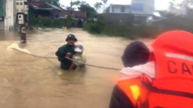 Di dời khẩn cấp hơn 130 người ra khỏi vùng ngập sâu nguy hiểm ở Huế - Ảnh 3.