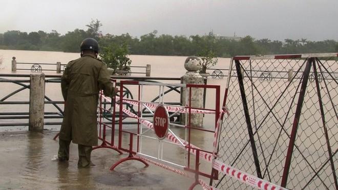 Di dời khẩn cấp hơn 130 người ra khỏi vùng ngập sâu nguy hiểm ở Huế - Ảnh 4.