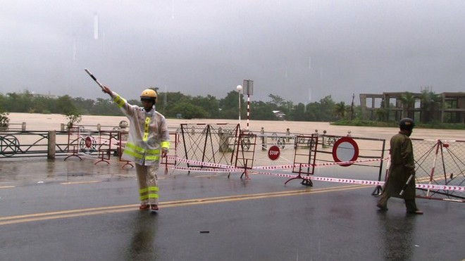 Di dời khẩn cấp hơn 130 người ra khỏi vùng ngập sâu nguy hiểm ở Huế - Ảnh 5.