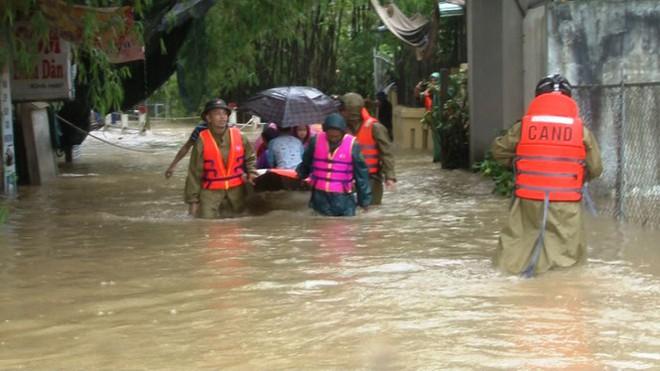 Di dời khẩn cấp hơn 130 người ra khỏi vùng ngập sâu nguy hiểm ở Huế - Ảnh 6.
