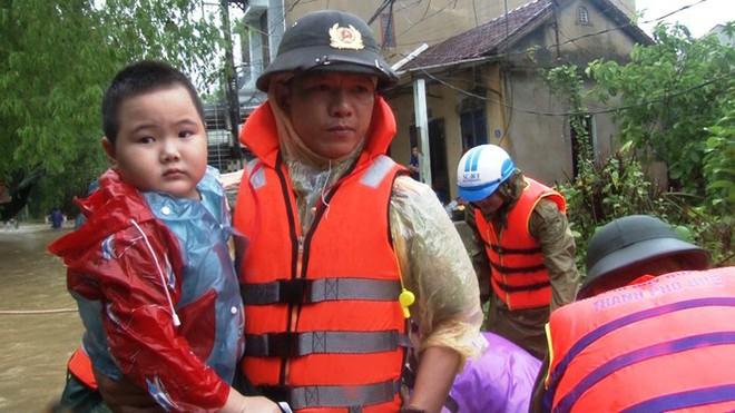 Di dời khẩn cấp hơn 130 người ra khỏi vùng ngập sâu nguy hiểm ở Huế - Ảnh 7.