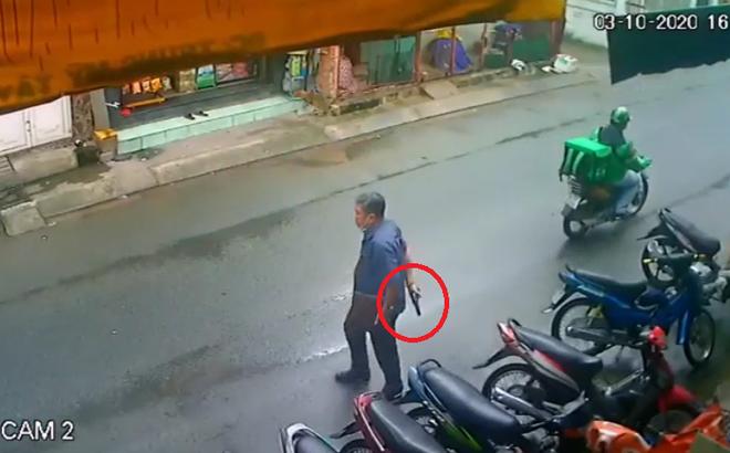 Clip: Người đàn ông cầm súng đi lại trên phố Sài Gòn gây xôn xao và lời khai nguyên nhân