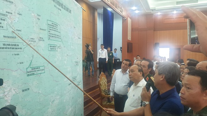 Thủ tướng Nguyễn Xuân Phúc: Tiền hỗ trợ bão lũ phải đến tận tay người dân - Ảnh 1.