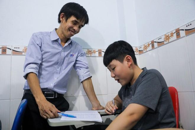 Làm công nhân, nuôi gà để kiếm tiền mở lớp học miễn phí cho trẻ em nghèo suốt 10 năm - Ảnh 4.