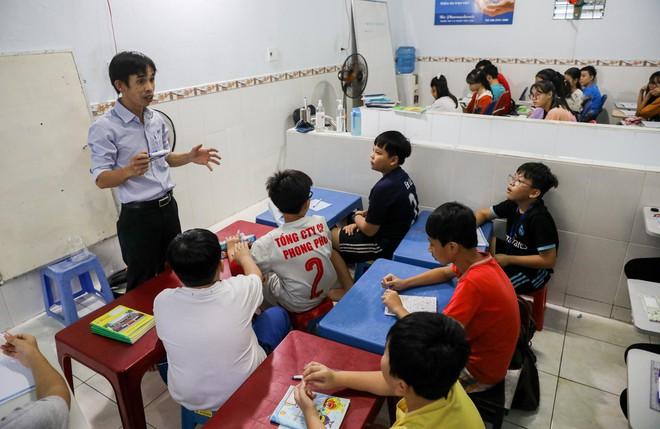 Làm công nhân, nuôi gà để kiếm tiền mở lớp học miễn phí cho trẻ em nghèo suốt 10 năm - Ảnh 2.