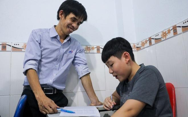 Làm công nhân, nuôi gà để kiếm tiền mở lớp học miễn phí cho trẻ em nghèo suốt 10 năm