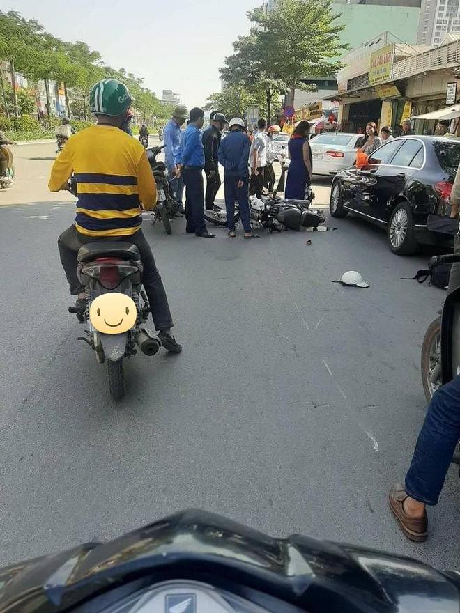 Va chạm với Mercedes tiền tỷ, nam sinh ngã ra đường, bánh xe máy gãy rời ra - Ảnh 2.