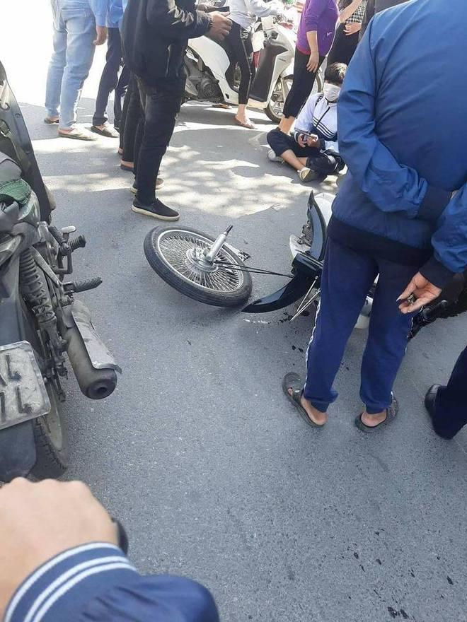 Va chạm với Mercedes tiền tỷ, nam sinh ngã ra đường, bánh xe máy gãy rời ra - Ảnh 3.