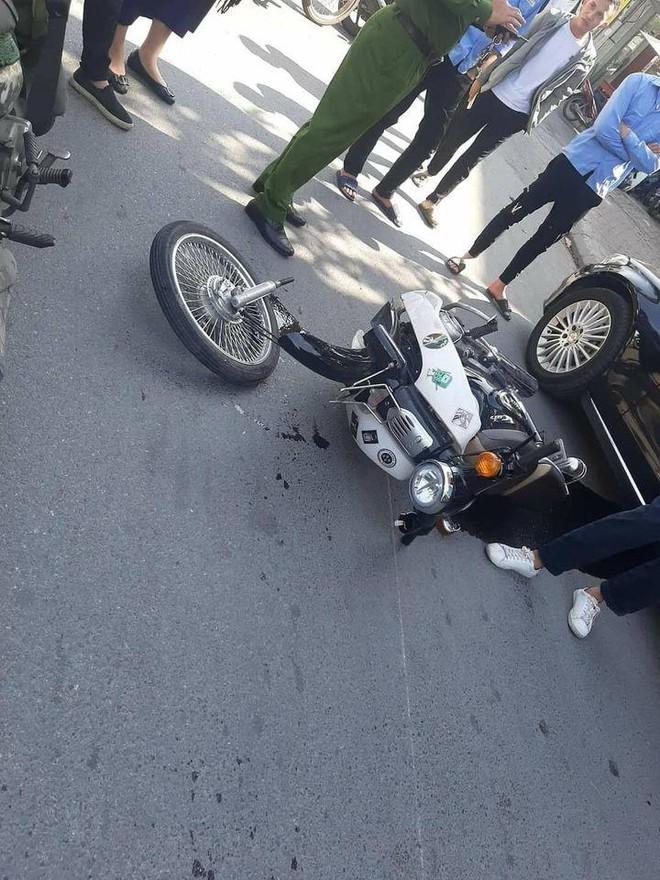 Va chạm với Mercedes tiền tỷ, nam sinh ngã ra đường, bánh xe máy gãy rời ra - Ảnh 4.