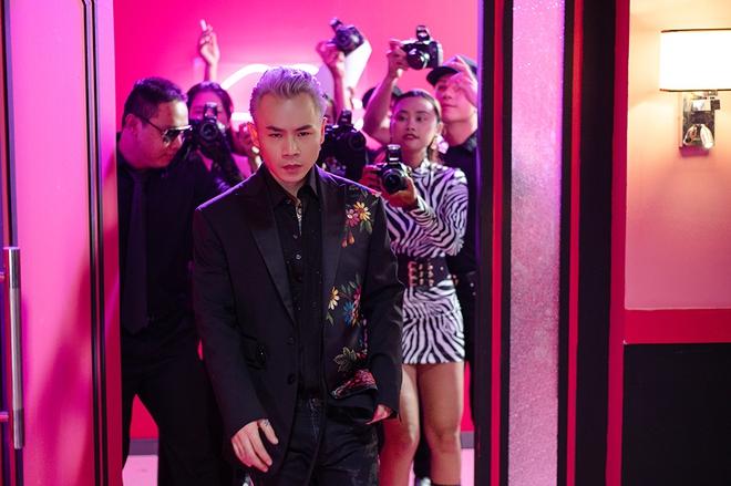 Binz kể chuyện tình yêu showbiz bị soi mói trong MV mới - Ảnh 1.