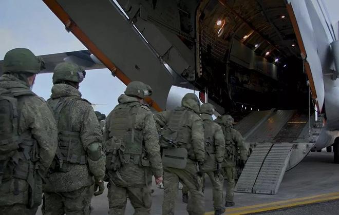 Sân bay Armenia chật cứng máy bay vận tải, quân Nga ùn ùn kéo đến  - Ảnh 1.