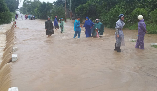 Bão số 12 đang tiến sát bờ biển Nha Trang: Sóng cuồn cuộn ập vào bờ, mưa lớn, gió rít liên hồi - Ảnh 1.