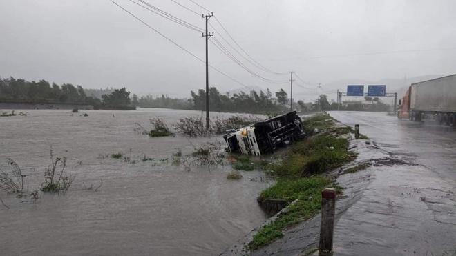 Nha Trang: Gió quật đổ hàng loạt xe máy trên đường, người dân nấp sau cột điện để tránh gió - Ảnh 1.
