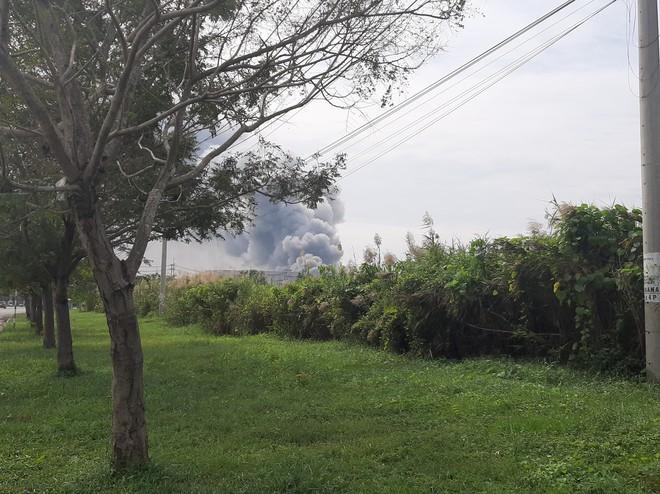 Cháy khủng khiếp ở công ty trong KCN Hiệp Phước tại Sài Gòn, khói đen bốc cao hàng chục mét - Ảnh 1.