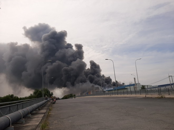 Cháy khủng khiếp ở công ty trong KCN Hiệp Phước tại Sài Gòn, khói đen bốc cao hàng chục mét - Ảnh 2.