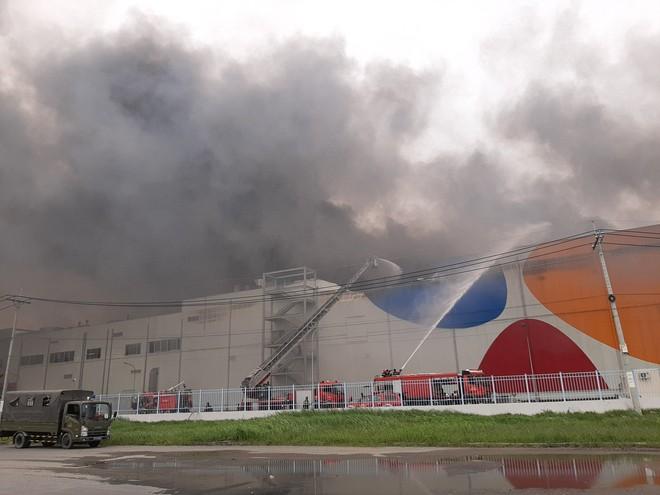 Cháy khủng khiếp ở công ty trong KCN Hiệp Phước tại Sài Gòn, khói đen bốc cao hàng chục mét - Ảnh 3.