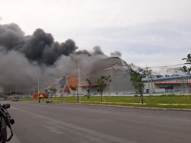 Cháy khủng khiếp ở công ty trong KCN Hiệp Phước tại Sài Gòn, khói đen bốc cao hàng chục mét - Ảnh 4.