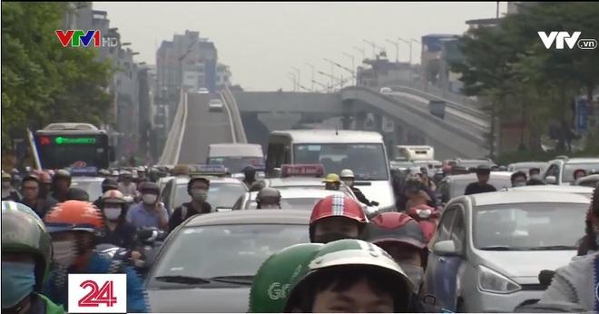 Sau khi thông xe đường vành đai 2 trên cao, tắc nghiêm trọng hơn ở nút giao Ngã Tư Sở giờ cao điểm - Ảnh 2.
