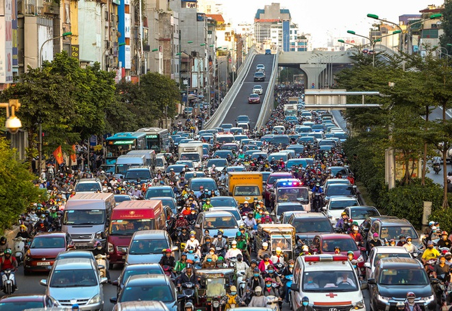 Sau khi thông xe đường vành đai 2 trên cao, tắc nghiêm trọng hơn ở nút giao Ngã Tư Sở giờ cao điểm - Ảnh 5.
