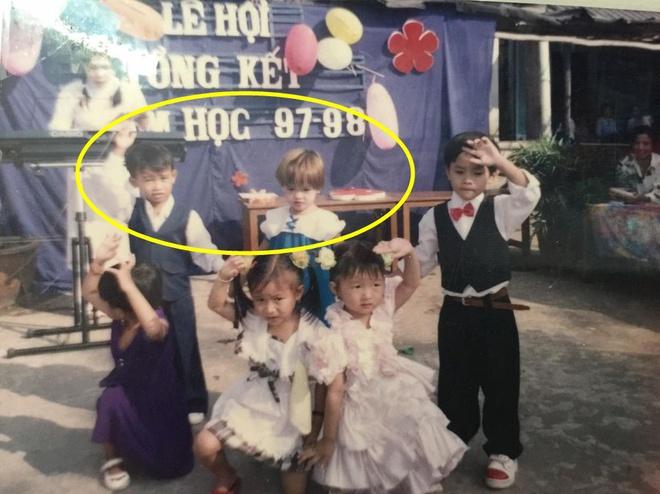 Xem lại tấm hình hồi mẫu giáo, cô gái bật cười vì phát hiện nắm tay có bầu là có thật - Ảnh 1.