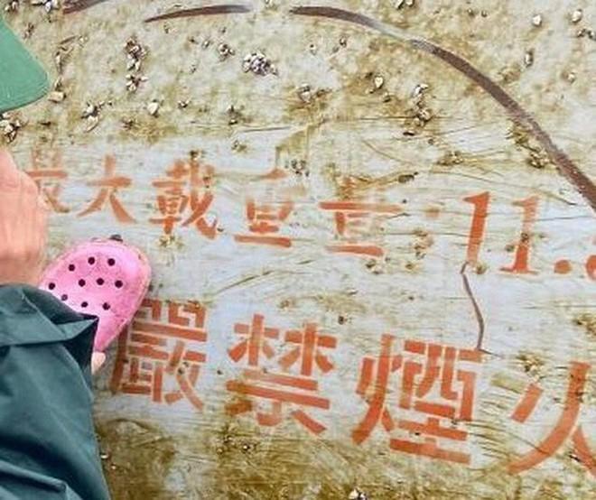 Nhiều vật thể lạ có chữ Trung Quốc trôi dạt trên biển Quảng Ngãi - Ảnh 1.