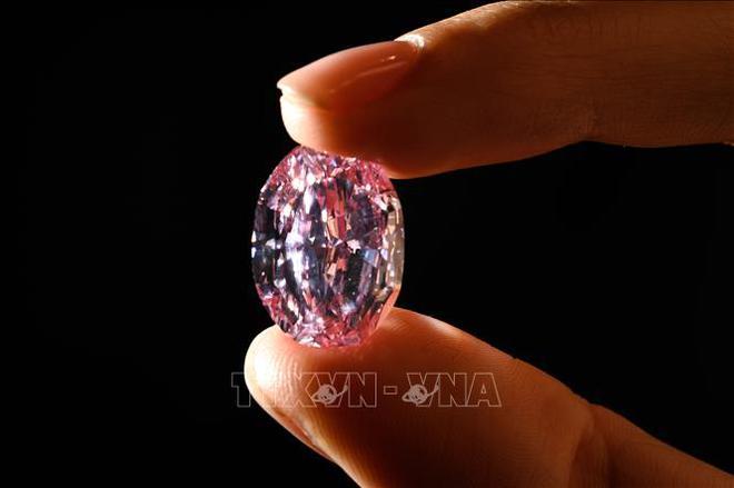 Viên kim cương hồng quý hiếm được bán với giá 26,6 triệu USD - Ảnh 2.