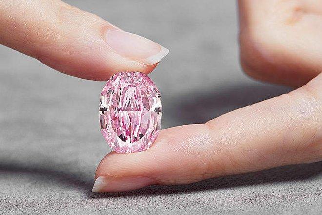 Viên kim cương hồng tím siêu hiếm giá 616 tỉ đồng - Ảnh 3.