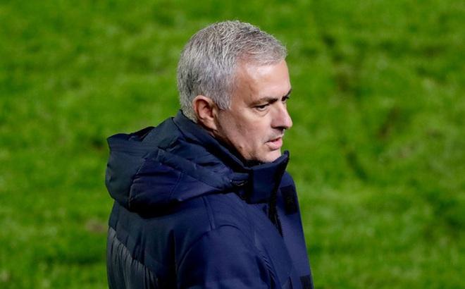 Án phạt từ UEFA bỗng dưng rơi xuống đầu Mourinho và Tottenham