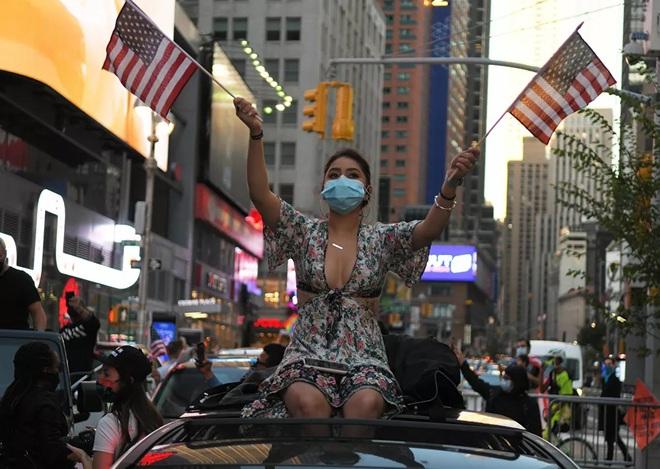 7 ngày qua ảnh: Cô gái xuống đường ăn mừng chiến thắng của ông Joe Biden - Ảnh 5.