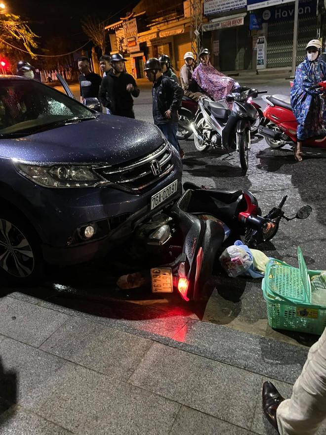 Sức khoẻ bà bầu đi xe máy bị ô tô đụng ngã, kéo lê phương tiện hàng trăm mét hiện thế nào? - Ảnh 1.