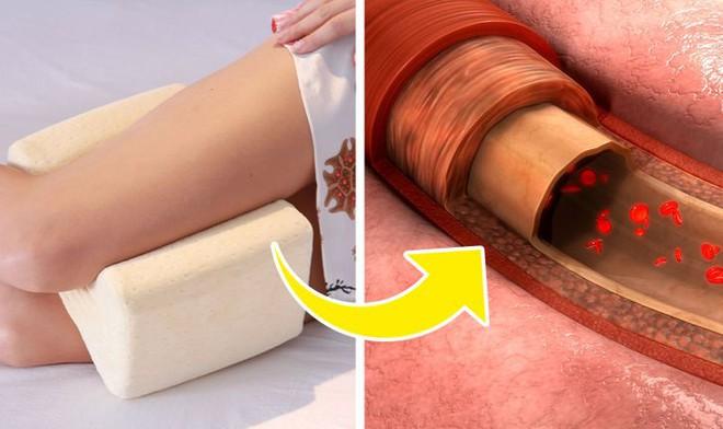 Khi ngủ, kẹp gối ở vị trí này vừa dễ ngủ vừa cực tốt cho sức khoẻ: Tốt nhất cho tuần hoàn máu - Ảnh 1.