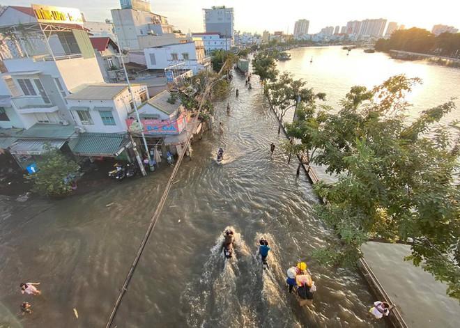 Triều cường dâng cao, đường phố Sài Gòn ngập sâu chiều cuối tuần - Ảnh 1.