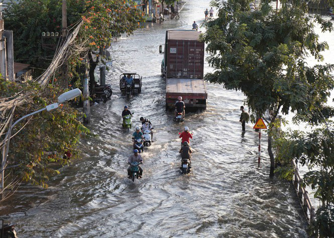 Triều cường dâng cao, đường phố Sài Gòn ngập sâu chiều cuối tuần - Ảnh 11.