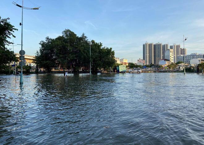 Triều cường dâng cao, đường phố Sài Gòn ngập sâu chiều cuối tuần - Ảnh 12.