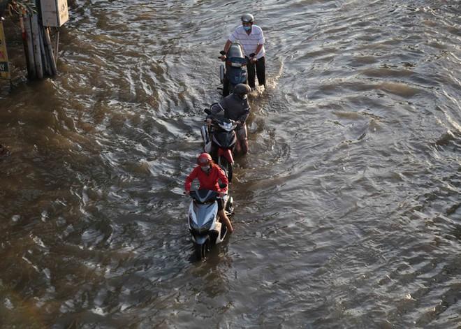 Triều cường dâng cao, đường phố Sài Gòn ngập sâu chiều cuối tuần - Ảnh 3.