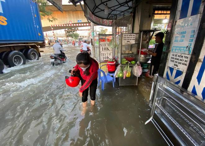 Triều cường dâng cao, đường phố Sài Gòn ngập sâu chiều cuối tuần - Ảnh 4.