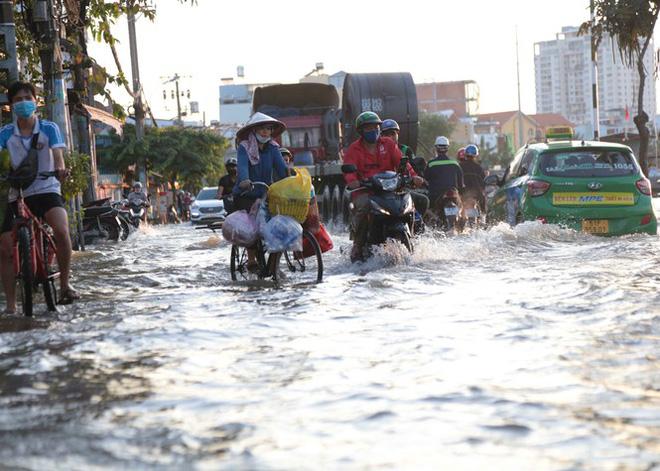 Triều cường dâng cao, đường phố Sài Gòn ngập sâu chiều cuối tuần - Ảnh 5.
