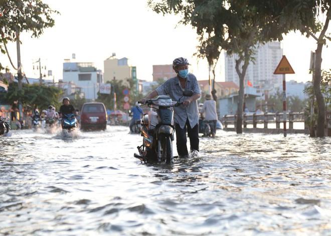 Triều cường dâng cao, đường phố Sài Gòn ngập sâu chiều cuối tuần - Ảnh 7.