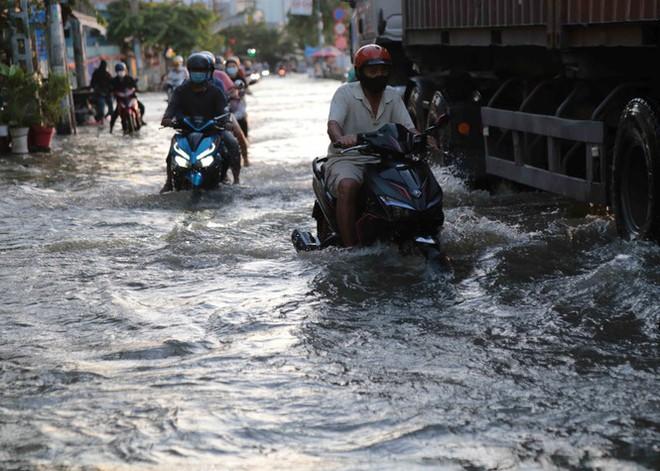 Triều cường dâng cao, đường phố Sài Gòn ngập sâu chiều cuối tuần - Ảnh 9.